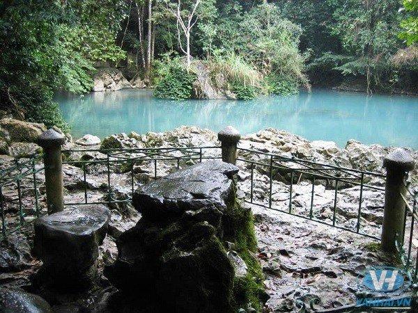 Suối Lê Nin nước màu xanh ngọc, trong vắt