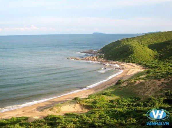Cái Chiên có diện tích 2.500ha, nhưng đa phần là đồi núi và bãi biển, cảnh quan thiên nhiên còn nguyên sơ. Nơi đây có bãi biển dài khoảng 2km, cát trắng mịn, nước biển trong vắt.