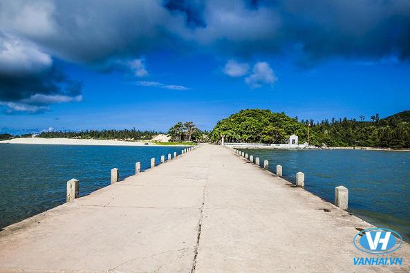 Bãi biển Quan Lạn có nước xanh thẳm, bờ cát trắng mịn dài