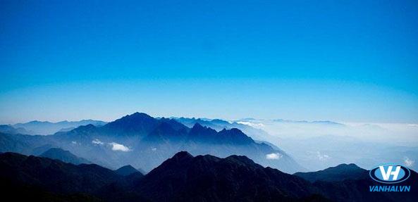 Đỉnh núi Ta Pu Leng mờ ảo trong biển mây