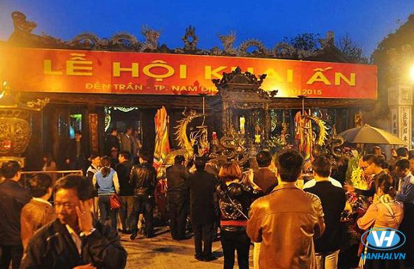 Tham gia lễ hội khai ấn đền Trần