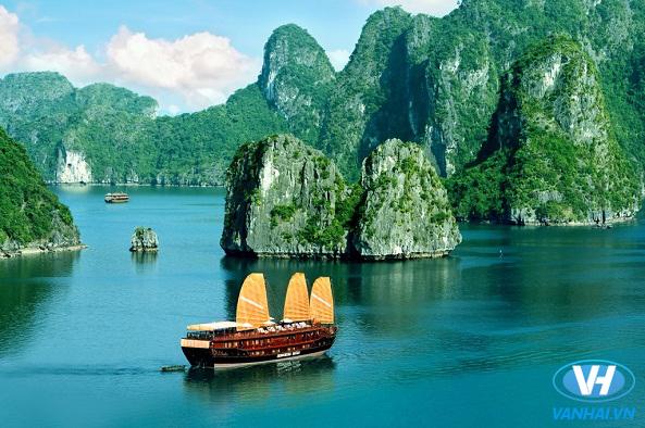 Thưởng ngoạn cảnh đẹp trên vịnh Hạ Long
