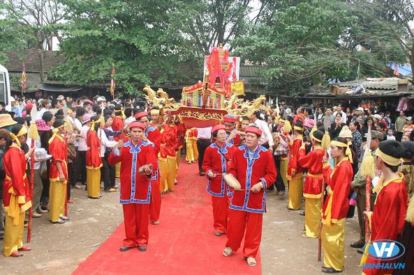 Khung cảnh lễ hội trang nghiêm nơi đền Sòng