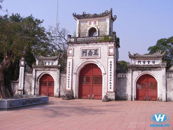 Cổng tam quan của khu du lịch Đền Trần