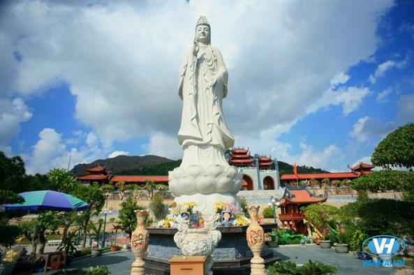 Tượng phật Quan Âm linh thiêng ở chùa Ba Vàng