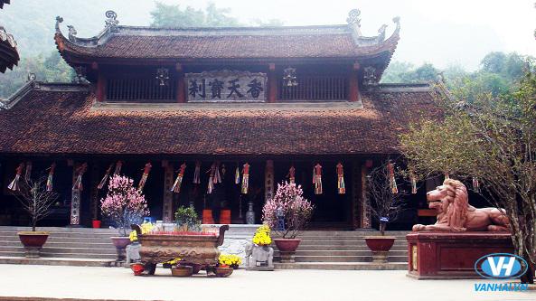 Không gian hương trầm khói tỏa của chùa Hương