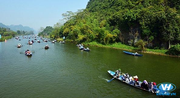 Dòng thuyền chở khách du lịch tấp nập trên suối Yến