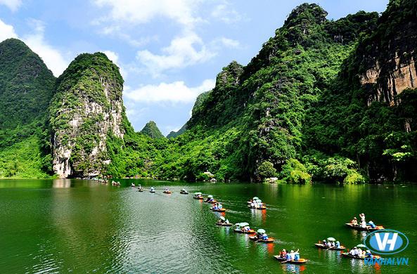 Lênh  đênh trên những con thuyền nhỏ thưởng ngoạn cảnh sắc Tràng An