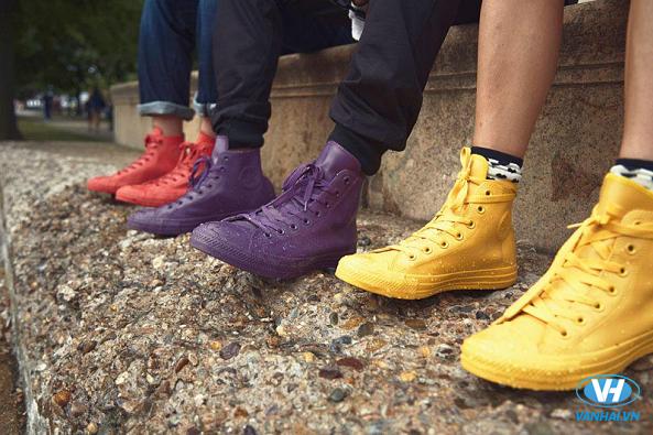 Một đôi giày nhựa là vật dụng cần thiết cho chuyến du lịch mùa mưa