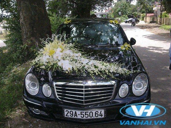 Xe cưới Mercedes được trang trí với mẫu hoa tươi rực rỡ