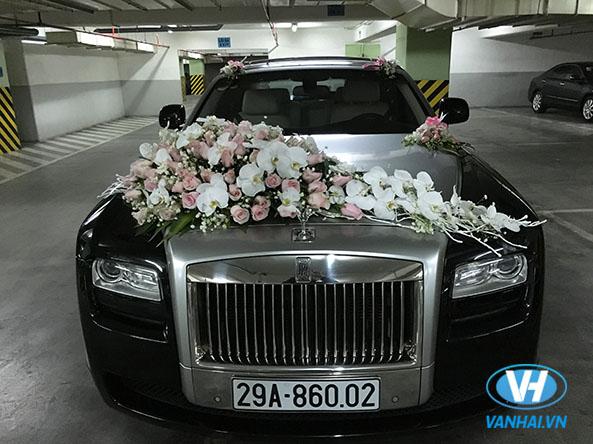 Xe cưới Roll Royce sang trọng với phần hoa xe sang trọng ấn tượng