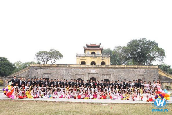 Bức hình kỷ yếu sinh động được ghi lại ở Hoàng Thành Thăng Long