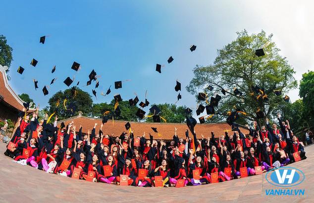 Chụp hình kỷ yếu ở trường đại học đầu tiên của nước ta