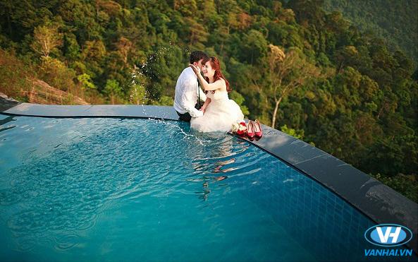Chụp ảnh cưới ở bể bơi cũng là một ý tưởng hay cho bạn