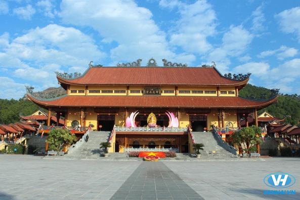 Kiến trúc hoành tráng ở chùa Ba Vàng