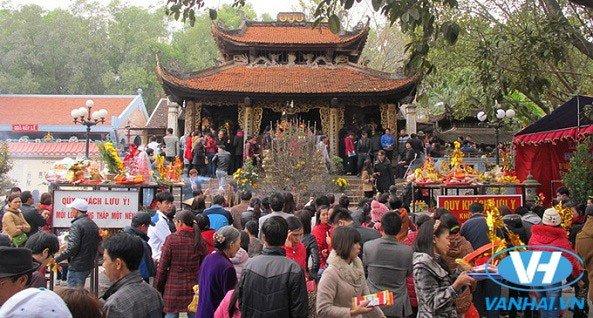 Không gian lễ hội náo nhiệt tại đền Bà Chúa Kho