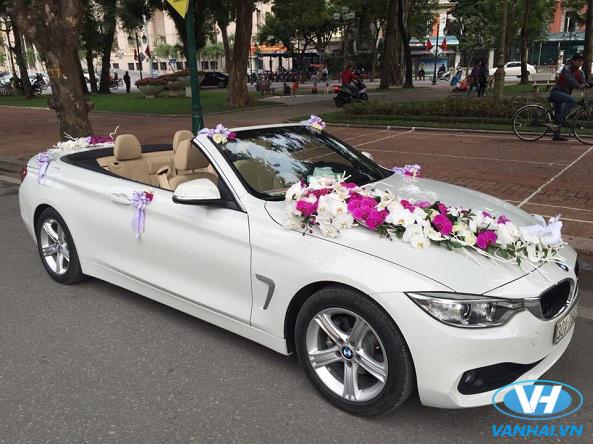 Mẫu xe cưới mui trần được rất nhiều cặp đôi lựa chọn