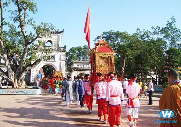 Đầu xuân là thời điểm khách hành hương viếng thăm đền Trần