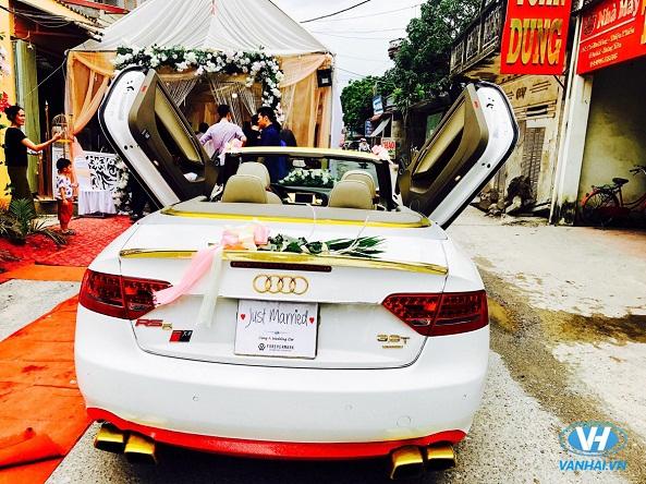 Chiếc xe cưới mui trần được trang trí tinh tế, bắt mắt