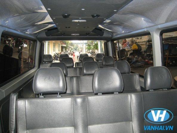 Khách hàng thoải mái di chuyển trong không gian xe 16 chỗ