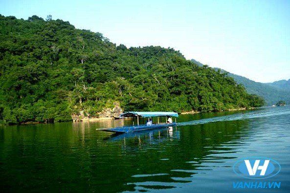 Du lịch hồ Ba Bể để chiêm ngưỡng thiên nhiên núi non tuyệt đẹp