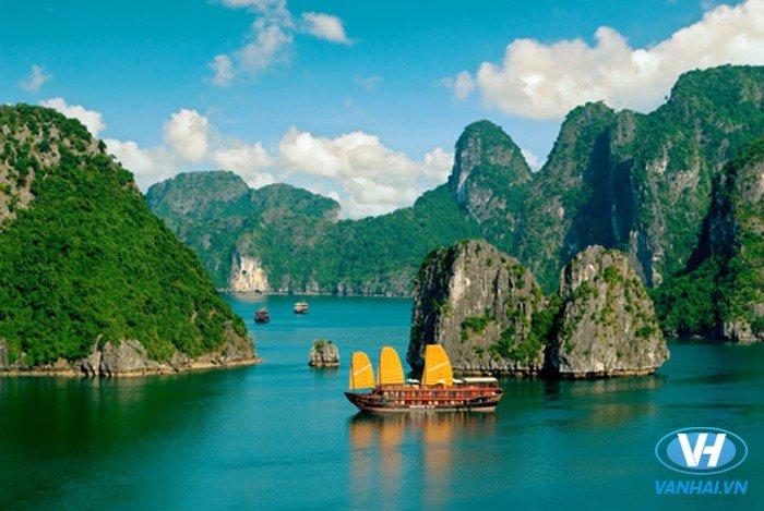 Thưởng ngoạn cảnh đẹp của các đảo đá ở vịnh Hạ Long