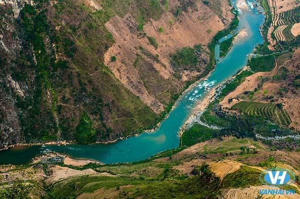 Chiêm ngưỡng dòng sông Nho Quế uốn lượn dưới chân đèo