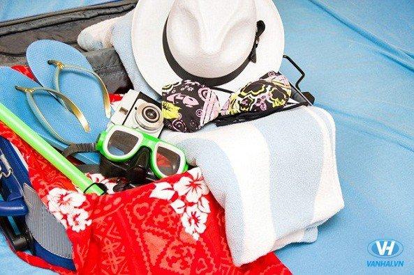 Đi du lịch biển không thể thiếu kem chống năng, mũ vành rộng