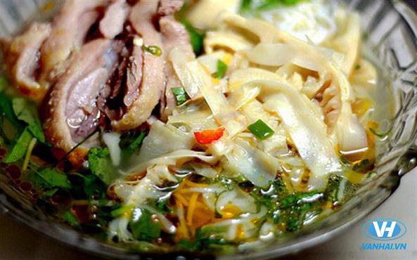 Măng chua kết hợp với thịt gà mang đến một món ăn hấp dẫn