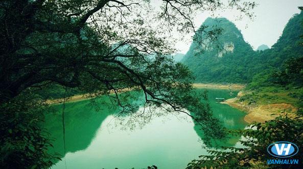Làn nước trong xanh như ngọc ở hồ Thang Hen