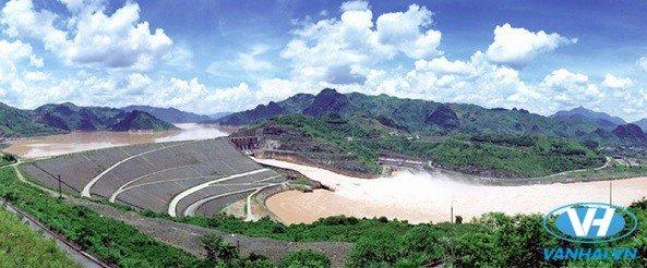 Thăm thú nhà máy thủy điện Hòa Bình